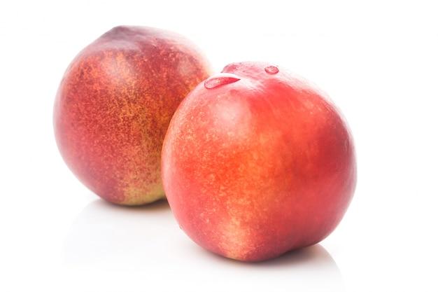 Reife pfirsich frucht isoliert auf weißem hintergrund ausschnitt Kostenlose Fotos