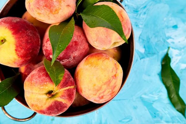 Reife pfirsiche in einer schüssel Premium Fotos