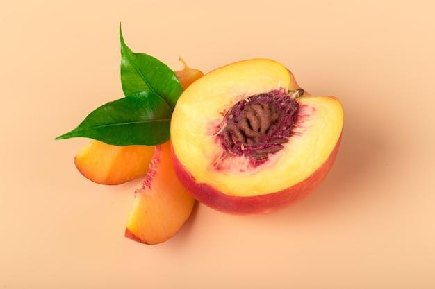 Reife pfirsichfruchtscheibe Premium Fotos