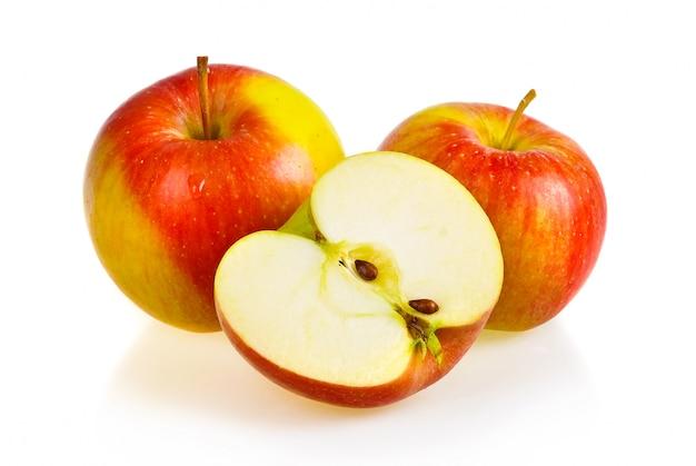 Reife rote apfelfrüchte getrennt auf weiß Premium Fotos