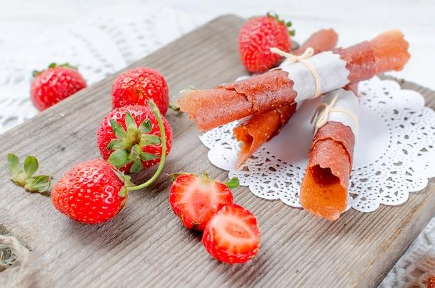 Reife saftige erdbeer-, fruchttrockenchips und erdbeerpastille Premium Fotos