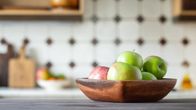 Reife saftige grüne äpfel in einer hölzernen schüssel. Premium Fotos