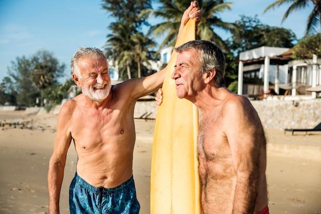 Reife surfer am strand Premium Fotos