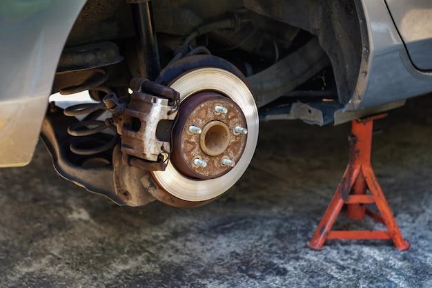 Reifenersatzkonzept. garage 'werkzeuge und ausrüstung Premium Fotos