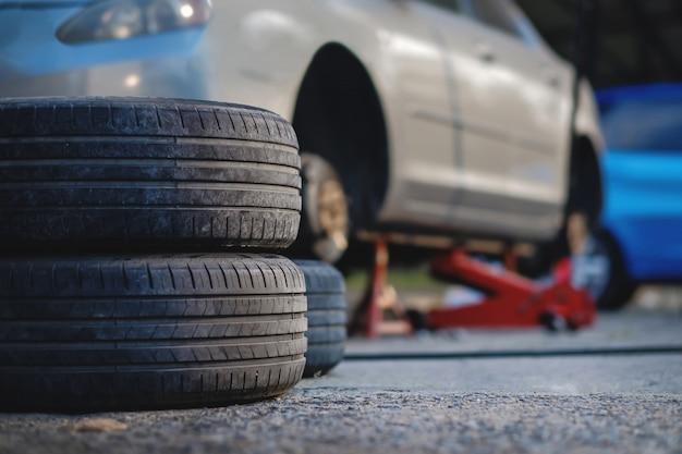 Reifenersatzkonzept. garage 'werkzeuge und ausrüstung. Premium Fotos