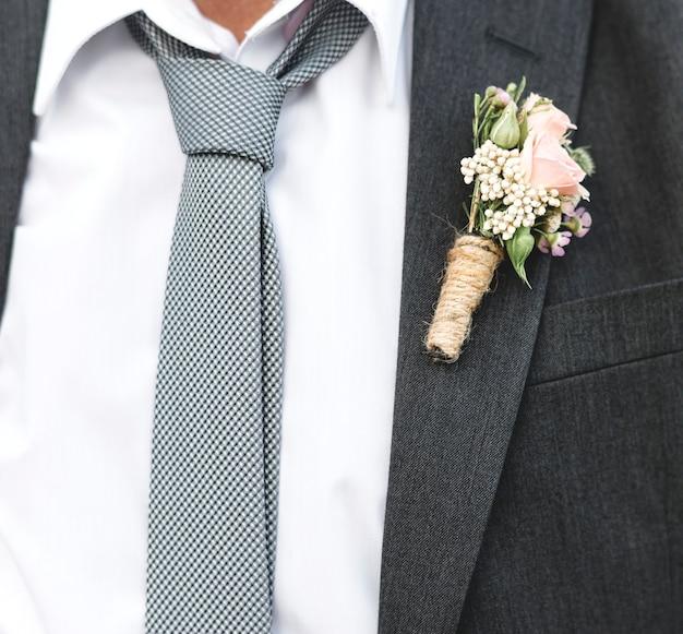 Reifer bräutigam, der am strand verheiratet erhält Kostenlose Fotos