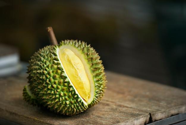 Reifer durian auf tabelle im garten Premium Fotos