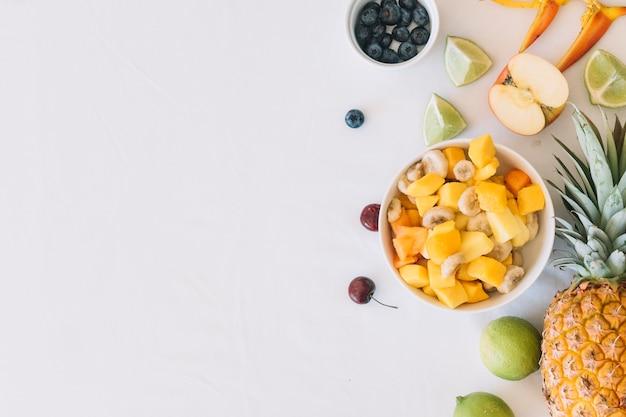 Reifer fruchtsalat getrennt über weißem hintergrund Kostenlose Fotos
