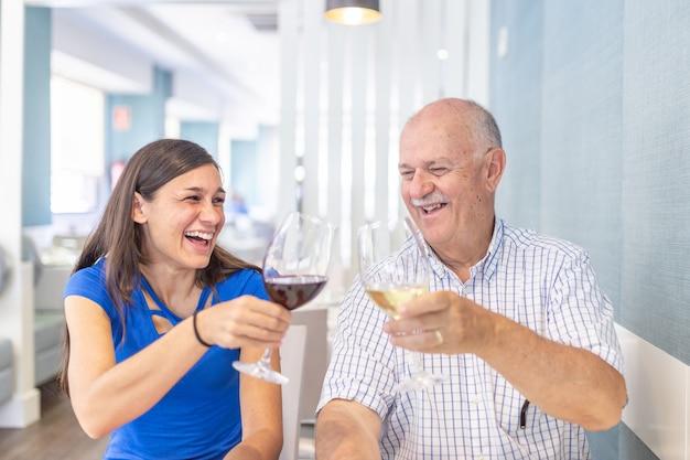 Reifer mann und junge frau, die, zeit zusammen verbringend genießt und lächelt Premium Fotos