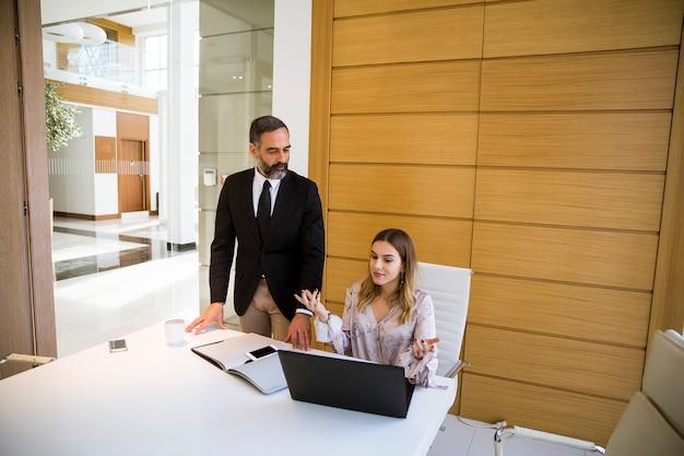 Reifer Mann Fickt Japanerin Im Büro