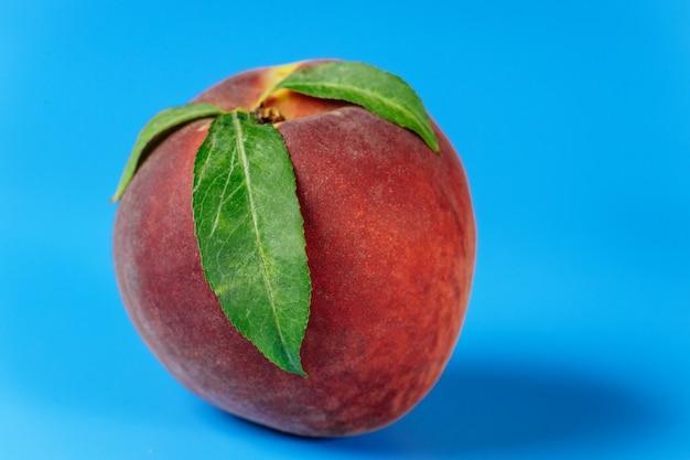 Reifer pfirsich getrennt Premium Fotos
