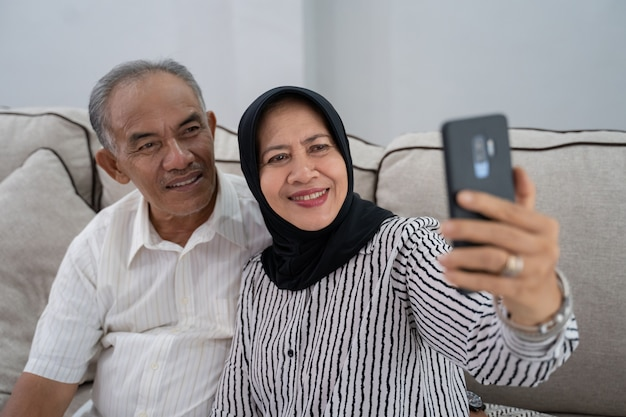 Reifes paar, das selfie mit smartphone nimmt Premium Fotos