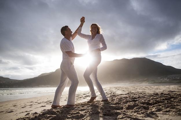 Reifes paar, das spaß zusammen am strand hat Premium Fotos
