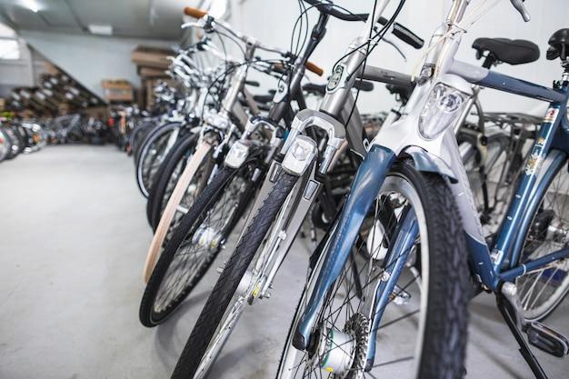 Reihe der fahrräder im sportgeschäft Kostenlose Fotos