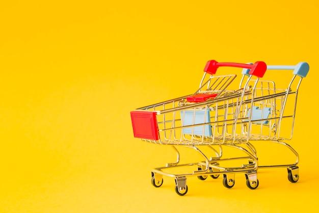 Reihe der supermarktwagen mit den roten und blauen griffen Kostenlose Fotos