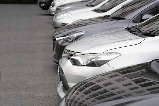 Reihe von autos auf dem parkplatz Premium Fotos