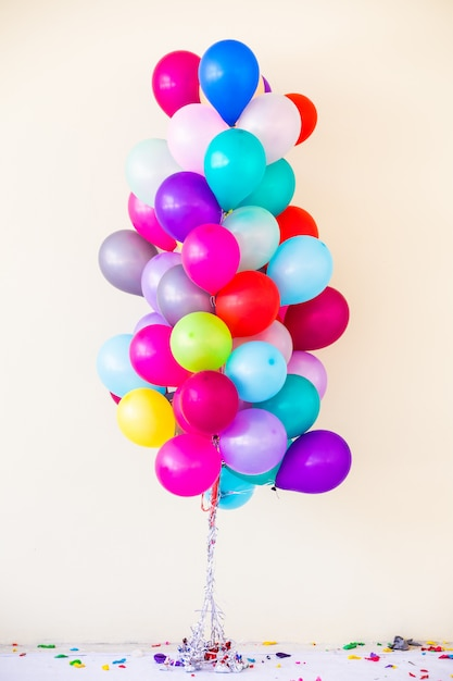 Reihe von bunten luftballons Premium Fotos