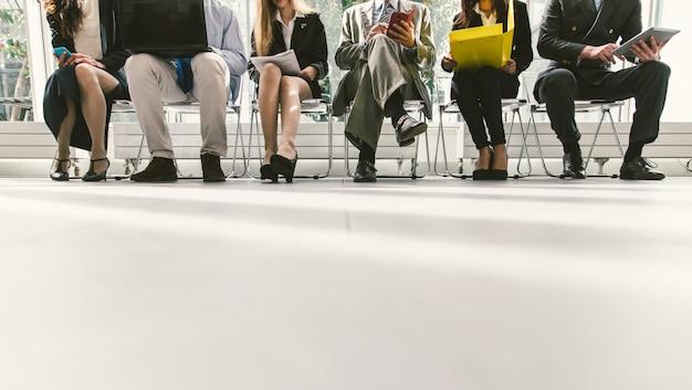 Reihe von geschäftsleuten, die auf ein interview warten Premium Fotos