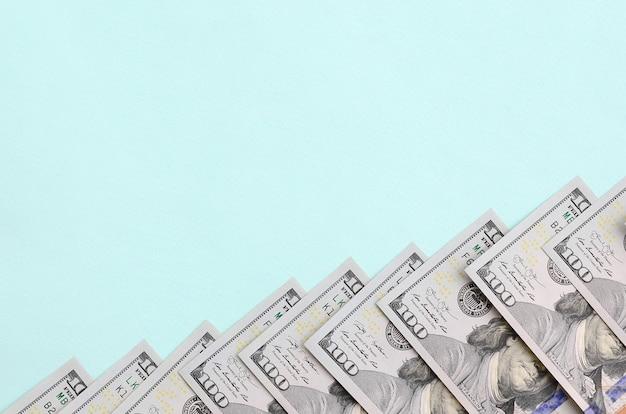 Reihe von rechnungen eines us-dollars eines neuen entwurfs liegt auf einem hellblauen Premium Fotos