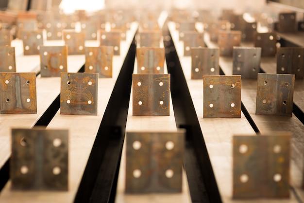 Reihe von rollen von aluminium liegen in der produktionshalle der anlage. Premium Fotos