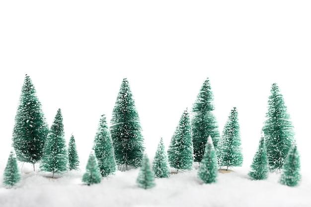 Reihe von weihnachtskiefern lokalisiert auf einem weißen hintergrund neujahrshintergrund Premium Fotos