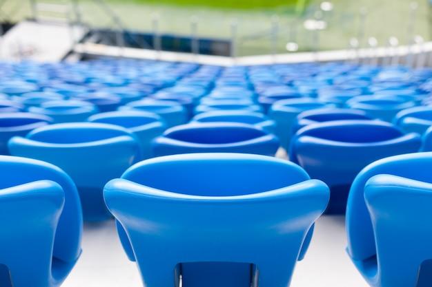 Reihen von blauen sitzen am fußballstadion. Premium Fotos