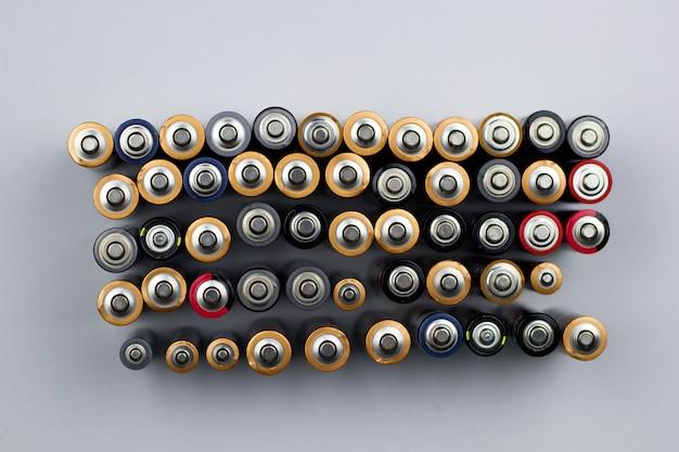 Reihen von gebrauchten batterien in der draufsicht Premium Fotos