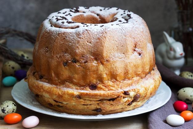 Reindling, deutscher und österreichischer osterkuchen in osterdekoration. rustikaler stil. Premium Fotos