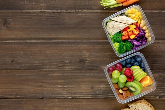 Reinigen sie gesundes fettarmes essfertiges essen in mahlzeitkästen Premium Fotos