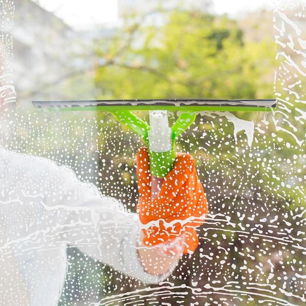 Reiniger beim waschen des fensters Kostenlose Fotos