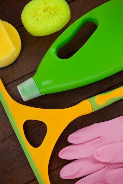 Reinigungsanlage angeordnet auf bretterboden Premium Fotos