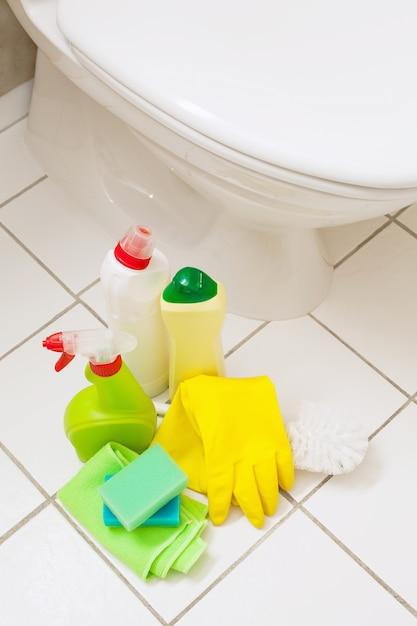 Reinigungsartikel handschuhe bürste weiß toilettenschüssel badezimmer Premium Fotos