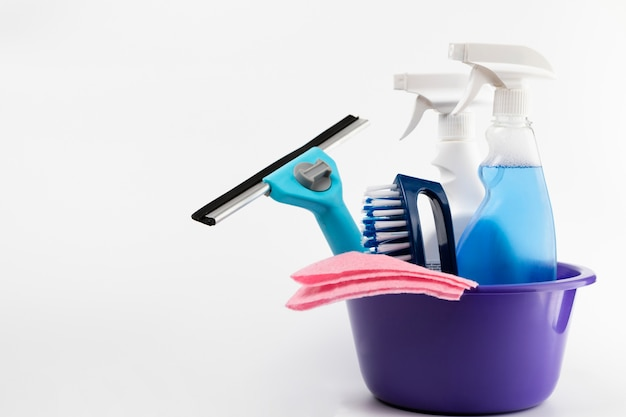 Reinigungsprodukte in lila beckenanordnung Premium Fotos