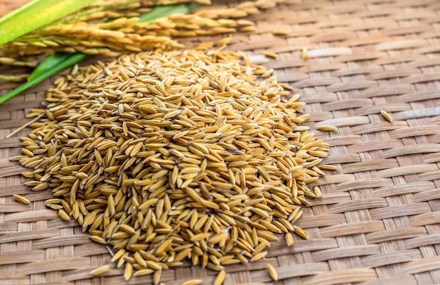 Reis auf hölzernem hintergrund Premium Fotos