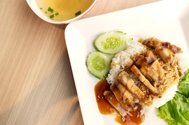 Reis knuspriges schweinefleisch mit suppe in warmen ton Premium Fotos