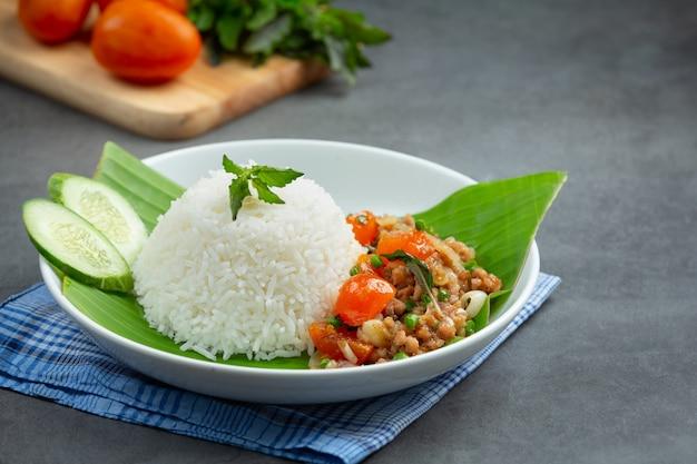 Reis mit basilikum und gehacktem schweinefleisch. Kostenlose Fotos