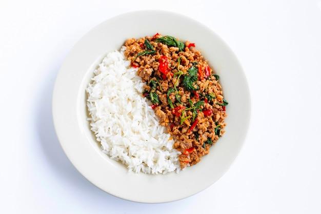 Reis mit gebratenem scharfem und würzigem schweinefleisch mit basilikum Premium Fotos