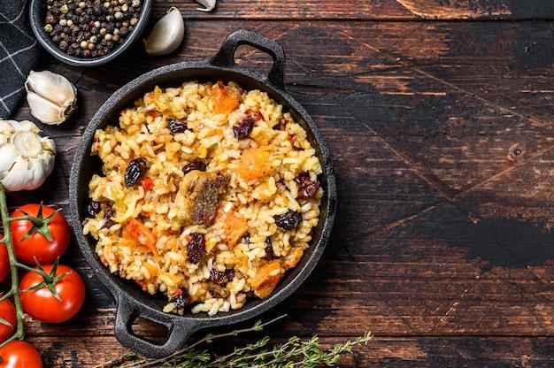 Reis mit lammfleisch und gemüse in einer pfanne Premium Fotos