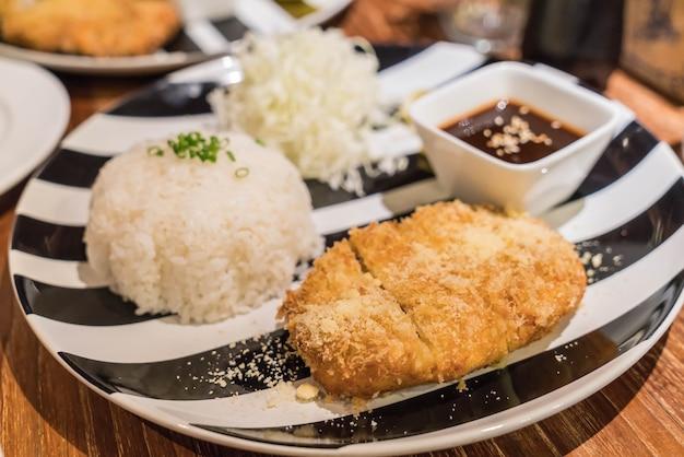 Reis mit schweineschnitzel tonkatsu Kostenlose Fotos