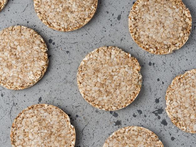 Reis- und buchweizenkuchen auf der grauen tabelle Premium Fotos