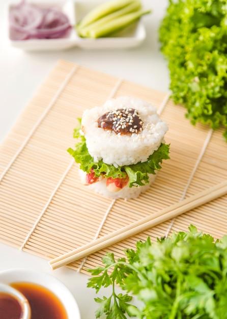 Reisbällchen umgeben von gemüse Kostenlose Fotos