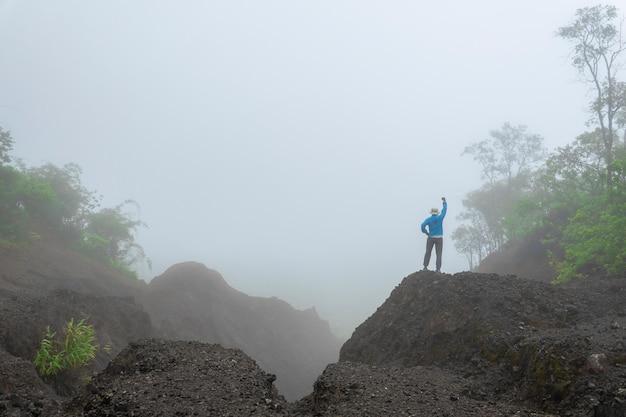Reise, die entlang forest mountain view morgennebel in asien wandert. Premium Fotos