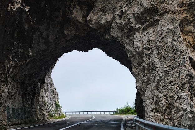 Reise durch zahlreiche tunnel nördlich des landes Premium Fotos