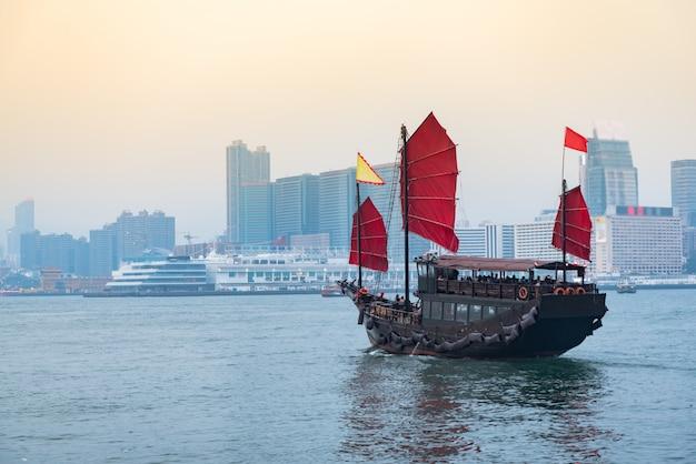Reise in hong kong, traditionelles hölzernes segelboot segelt an in victoria. Premium Fotos