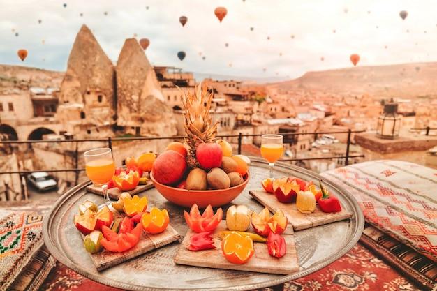 Reise in kappadokien bunte heißluftballone, die über den talsonnenaufgang fliegen Premium Fotos