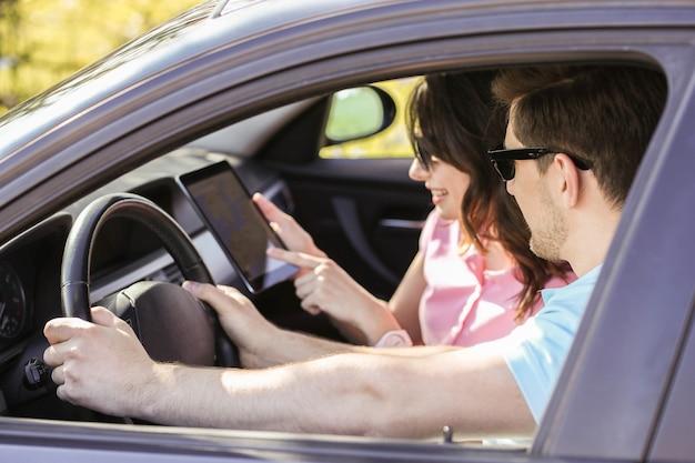 Reise. paar fährt im auto Kostenlose Fotos