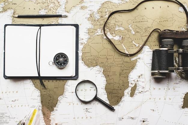 Reise zusammensetzung mit leeres notizbuch und andere dekorative objekte Kostenlose Fotos