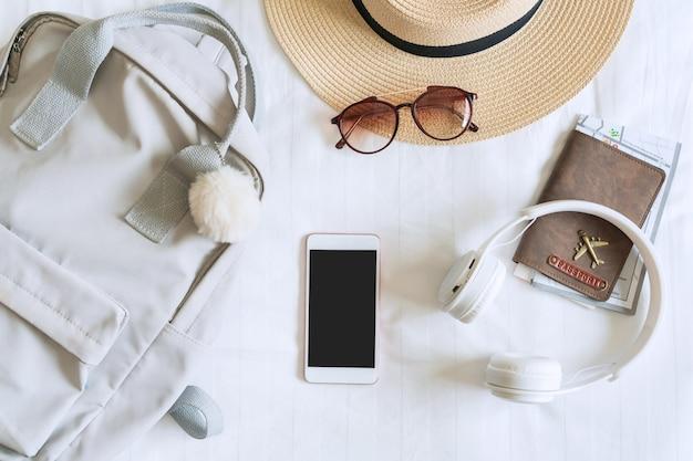 Reiseaccessoires der reisenden im schlafzimmer. packen sie eine tasche, um zu reisen, reisekonzepte. draufsicht. Premium Fotos