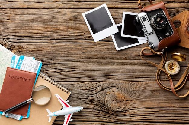 Reiseausrüstungswesensmerkmale auf einer tabelle Kostenlose Fotos