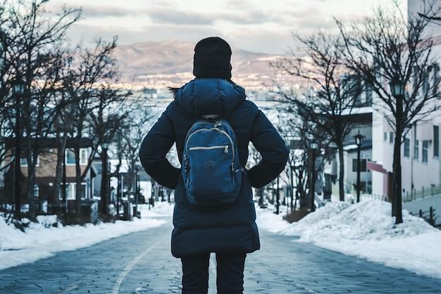 Reisefrau in der wintersaison Premium Fotos